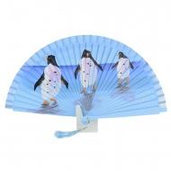 Design a ventaglio blu con tre pinguini
